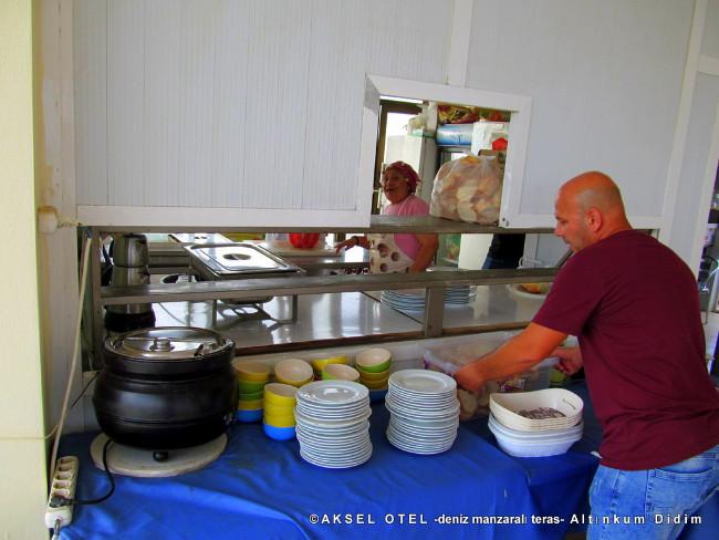 aksel-otel-terasta-akşam-yemek